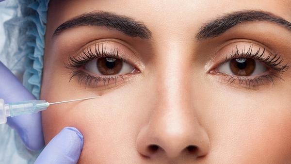 В области кожи вокруг глаз проводится очень аккуратная работа