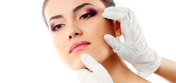 Такую процедуру проводят лишь после обследования кожи лица