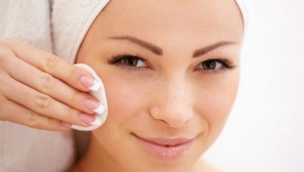 Врач должен обработать кожу антисептиком перед и после процедуры