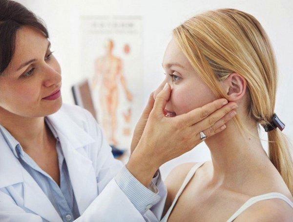 Если отек слишком долго держится – надо идти к врачу