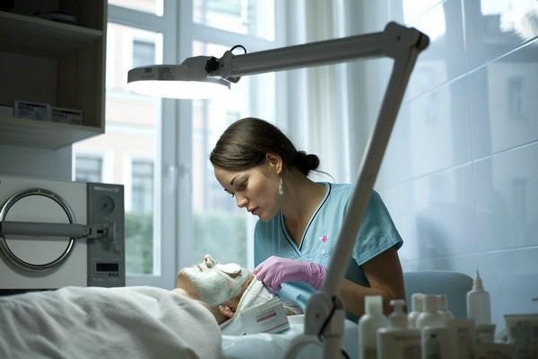 Если регулярно посещать косметолога, можно избавиться от акне или предотвратить его появление