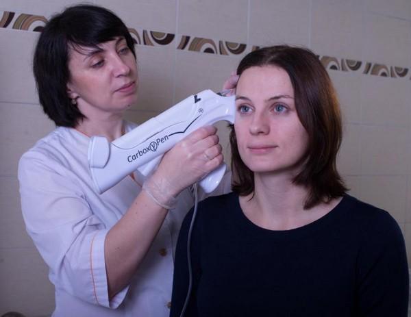 Если пациенты боятся введения ботокса и гиалуроната, можно пройти процедуру карбокситерапии