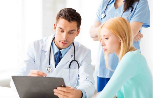 Нужно узнать у врача, не требуется ли замена принимаемых пациенткой лекарств на аналоги