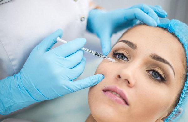 В ходе процедуры с помощью иглы вводят препарат на основе гиалуроната