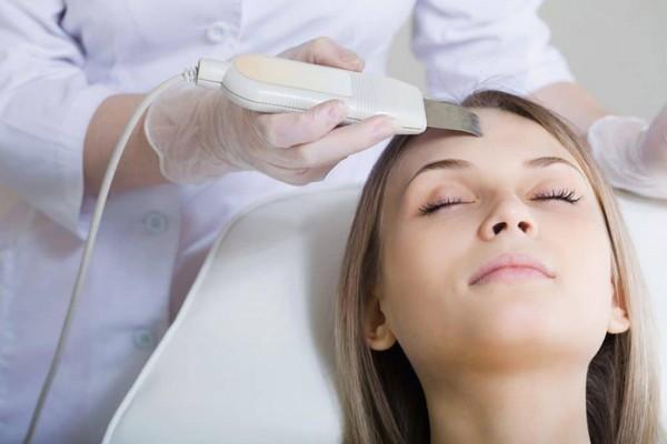 При такой процедуре снимаются ороговевшие клетки кожи