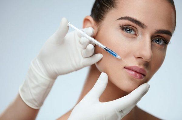 Инъекции гиалуроновой кислоты позволяют быстро избавиться от морщин