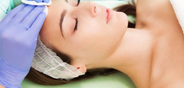 Перед процедурой кожу обрабатывают специальной сывороткой