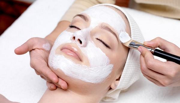 По окончании процедуры кожу лица обрабатывают