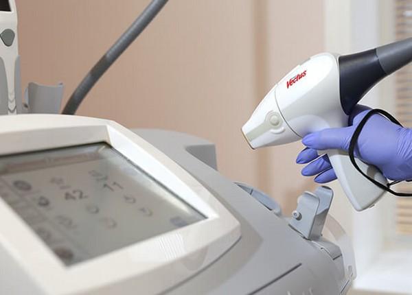Суть процедуры - в действии на кожу импульсов разной длины