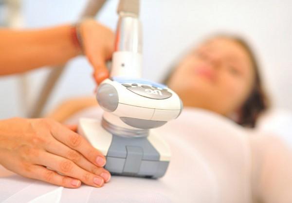 В процессе аппаратного массажа массажист работает с телом пациента роликовыми манипулами