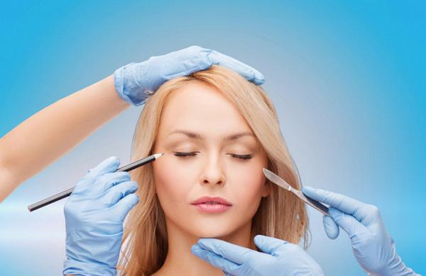 Обычно к услугам пластического хирурга прибегают при появлении глубоких морщин