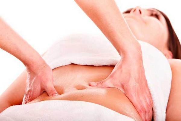Ротационный прием массажа предполагает разминку живота с воздействия отдельными пальцами