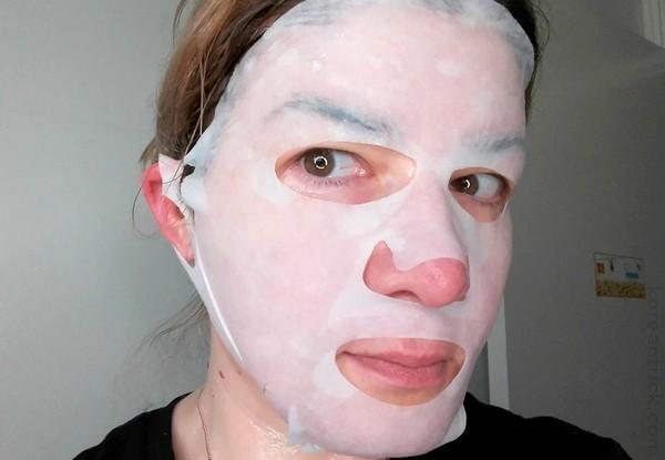 Можно использовать разные маски – они хоть и не дадут мгновенного эффекта, но помогут улучшить состояние кожи