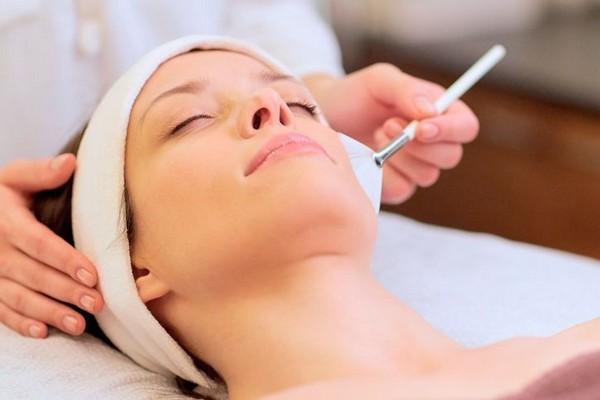 После проведения процедуры кожу обрабатывают средствами с успокаивающим эффектом