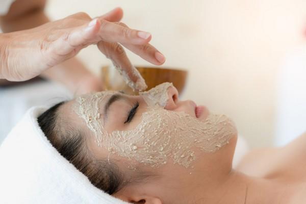 Специальный скраб используется для очистки кожи