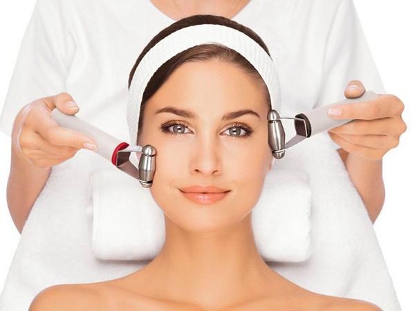 В ходе мероприятия используют различные средства для воздействия на кожу