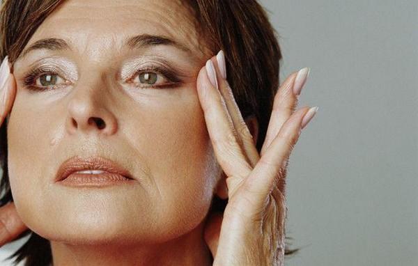 В процессе старения у людей провисает кожа в районе скул