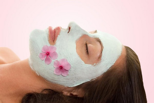 Рекомендуется делать маску с молоком и сметаной