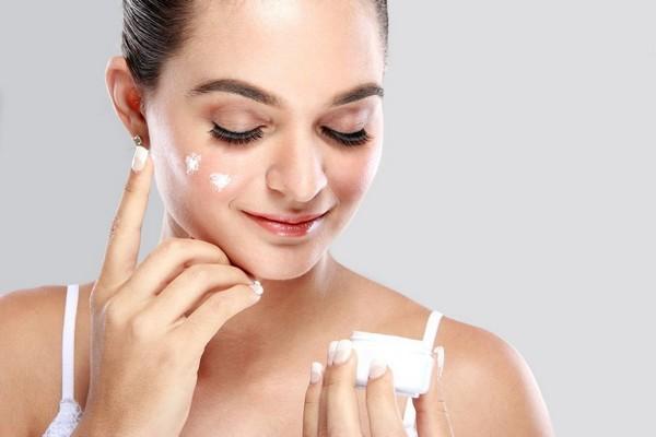 Лучше начинать пользоваться специальными кремами еще до того, как появятся первые признаки старения кожи