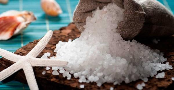 Морская соль в приготовленной смеси обеспечивает эффект пилинга