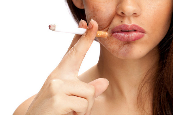 У курящих людей морщины появятся раньше, и их, скорее всего, будет больше, чем у некурящих