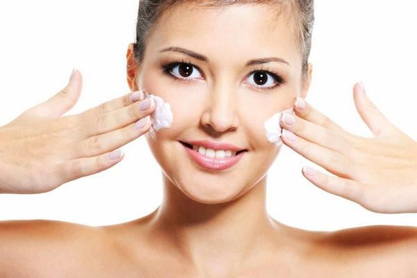 Перед обработкой кожи нужно нанести питательный крем