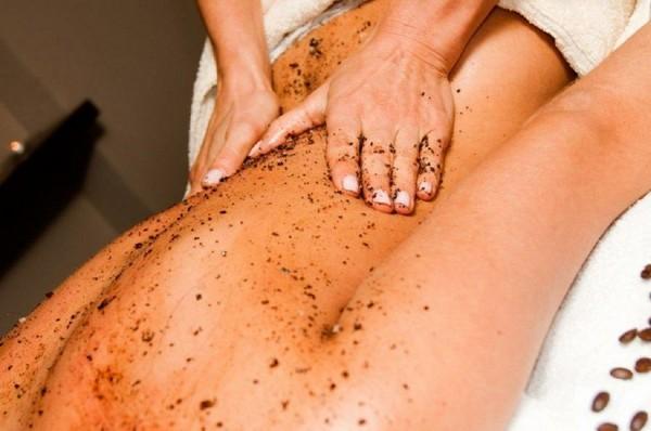 После сеанса принимать душ или смывать остатки смеси с кожи не придется