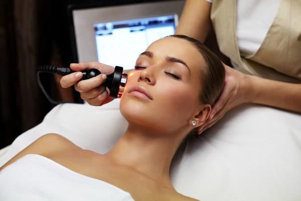 Основной этап предполагает работу косметолога с кожей лица пациента