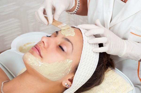 После процедуры кожу обрабатывают успокаивающим и защитным кремом