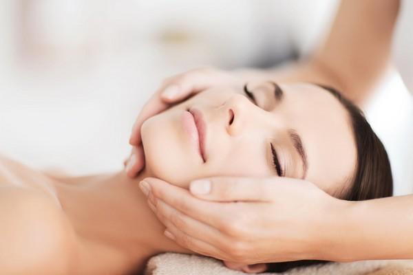После процедуры врач делает легкий массаж кожи лица