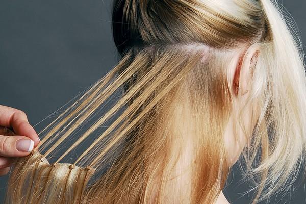 Волосы требуется собрать по небольшим прядям для удобства и улучшения качества работы