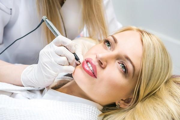 Микроблейдинг губ схож с аналогичной процедурой для бровей