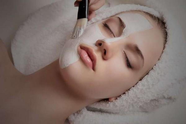 Срединный пилинг направлен на снятие затвердевших частиц верхнего слоя кожи