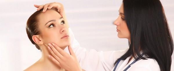 Перед процедурой врач осматривает пациента