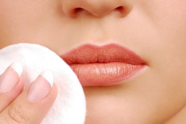 Под конец процедуры производится очистка поверхности губ