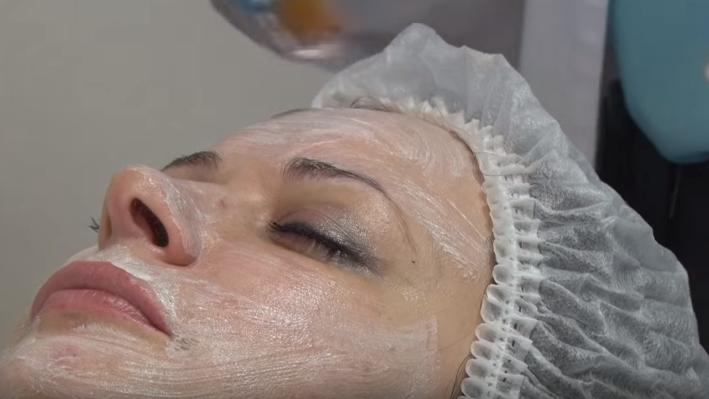 После процедуры наносят восстанавливающий гель