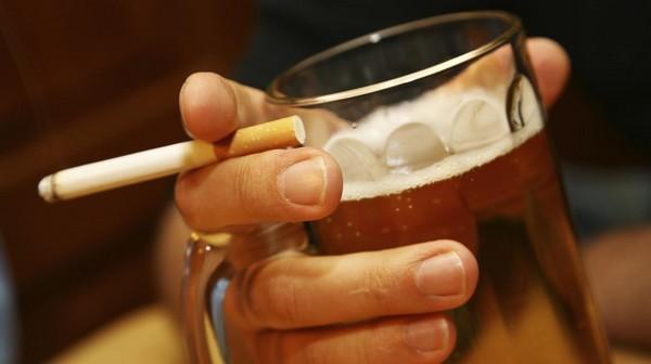 Из-за алкоголя и сигарет выпадают волосы