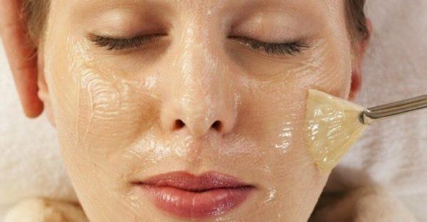 При проведении поверхностного пилинга удаляются отмершие частички кожи
