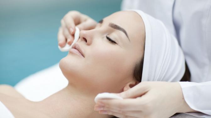 Процедура начинается с очистки и дезинфекции кожи
