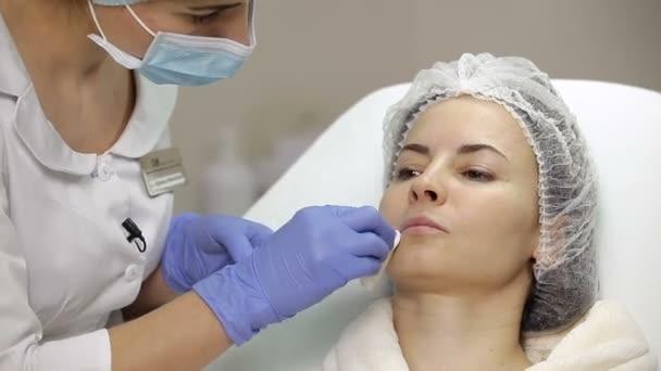 Перед введением препарата кожу очищают и дезинфицируют