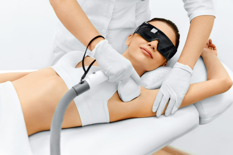 Во время проведения эпиляции лазером необходимо надевать очки