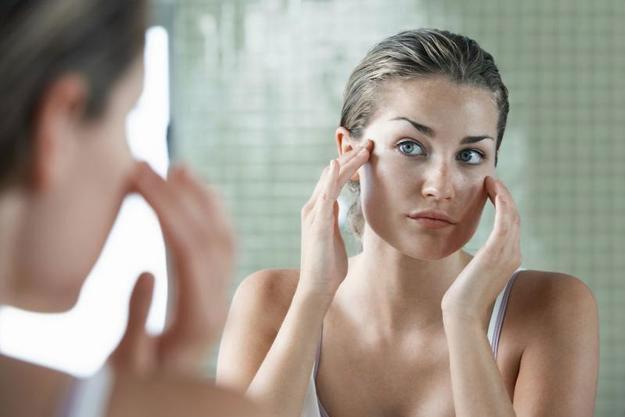 В первые дни после процедуры нельзя часто трогать лицо или массировать кожу