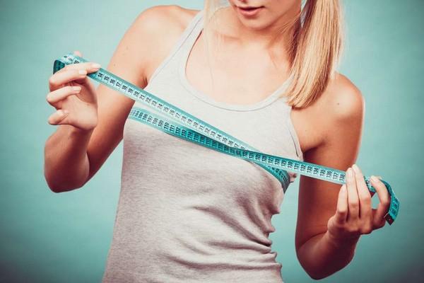 Часто у девочек-подростков заметна аномалия развития груди