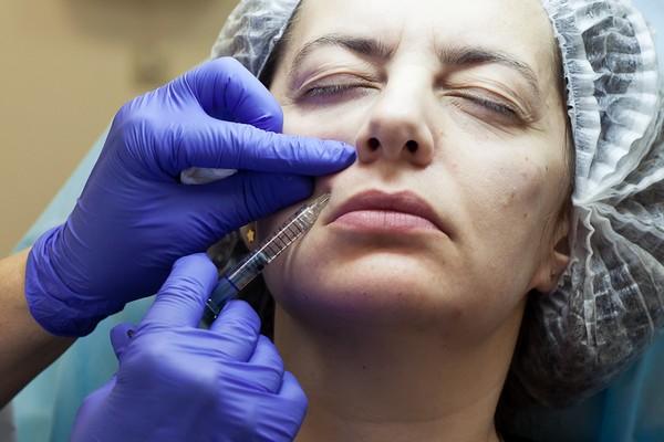 Процедуры обычно проходят без ощущений дискомфорта, но при необходимости кожу могут обезболить