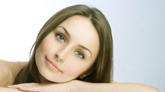 Под воздействием гиалуроновой кислоты кожа активнее обновляется и дольше сохраняет здоровый вид