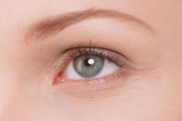 Мелкие морщинки вокруг глаз - один из первых признаков старения кожи
