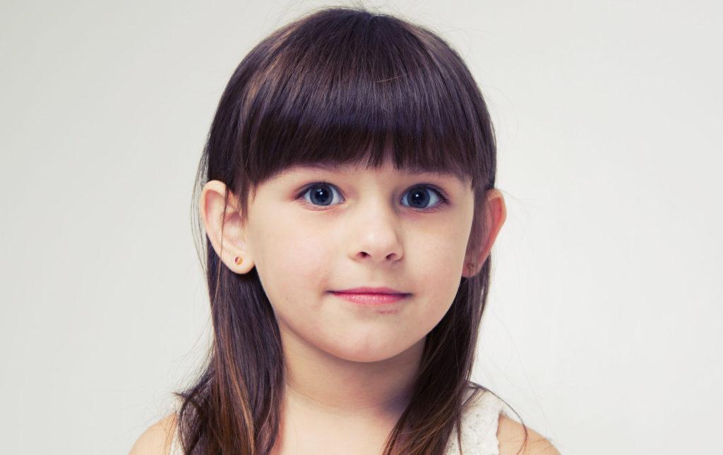 Процедура показана как детям, так и взрослым при наличии лопоухости и других деформаций ушей