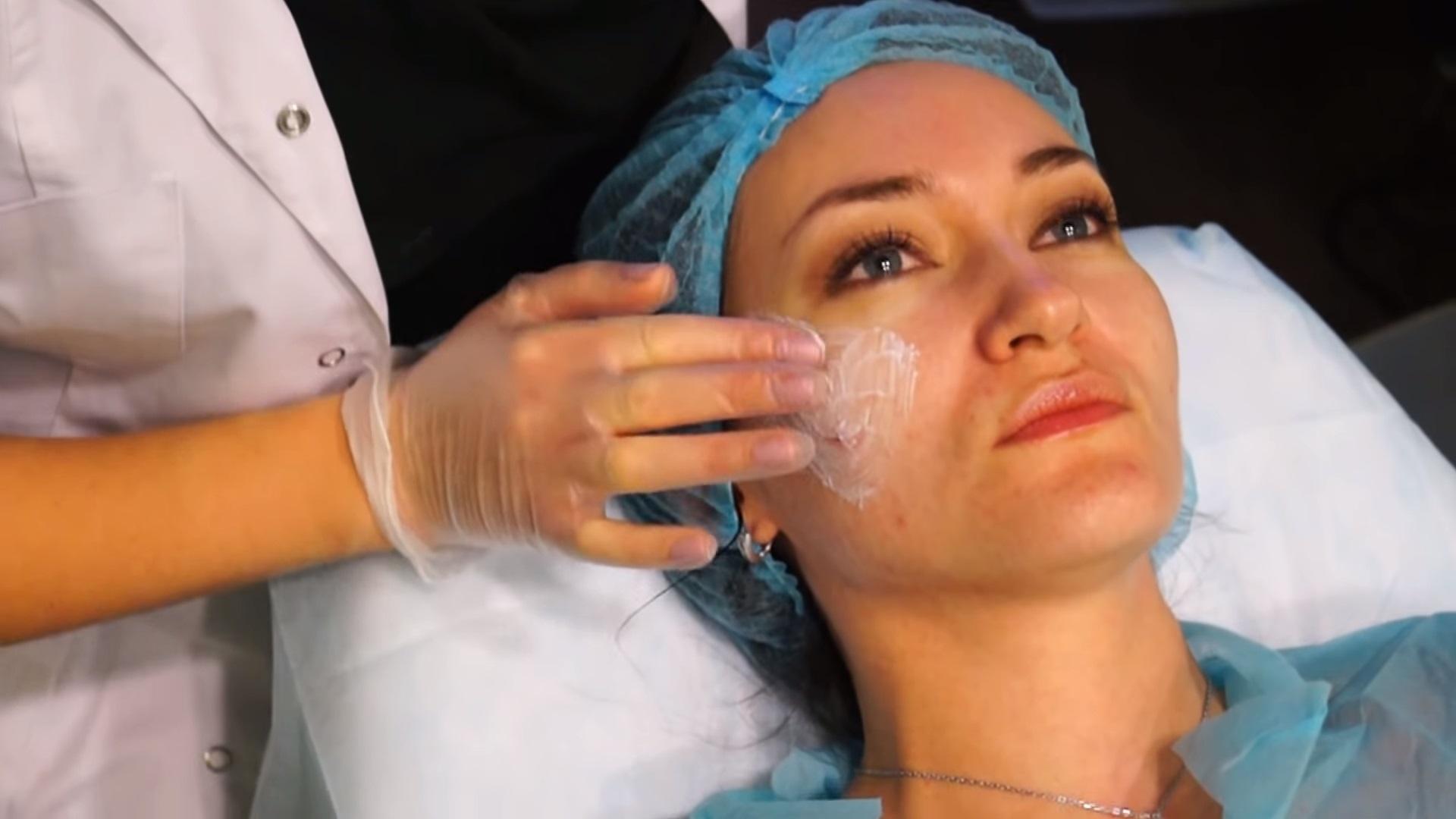 Обработка лица анестетиком