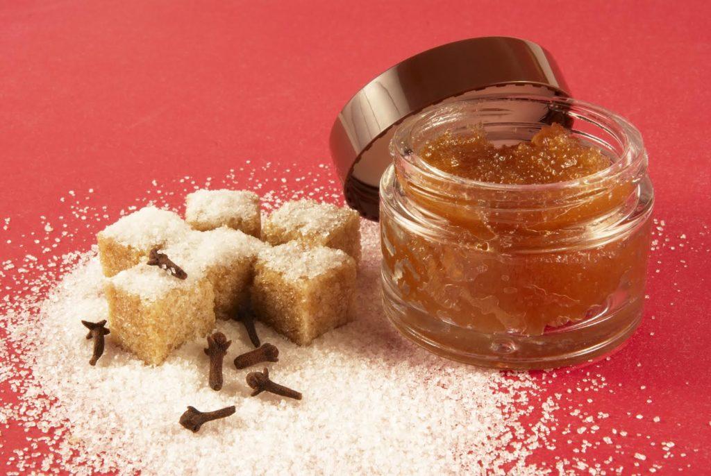 Скраб из тростникового сахара считается особенно полезным