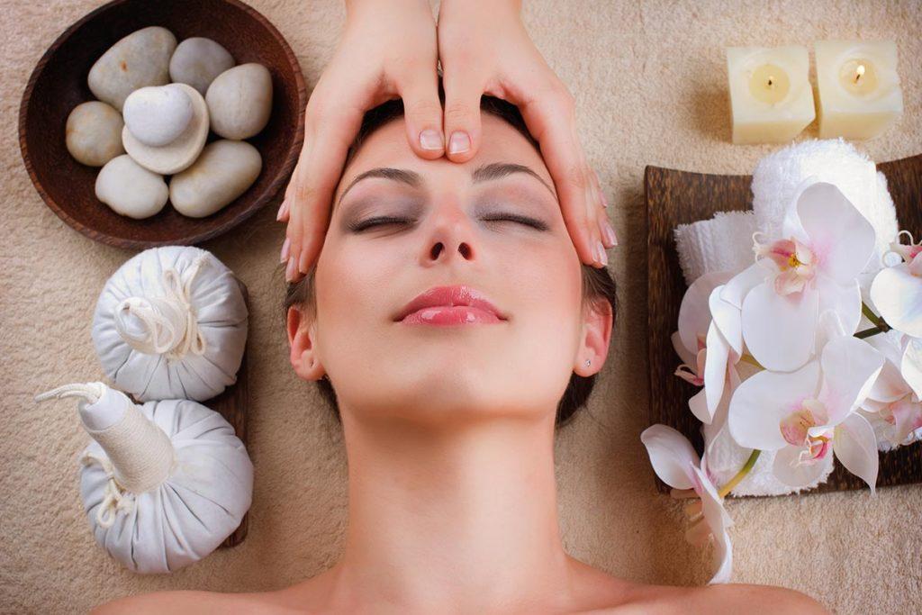 Для массажа используют камни, свечи и мешочки с травами